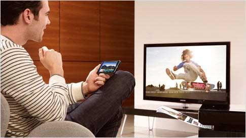 viendo-tv-y-smartphone-1